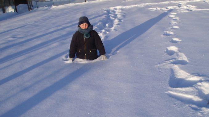 По пояс в снегу.